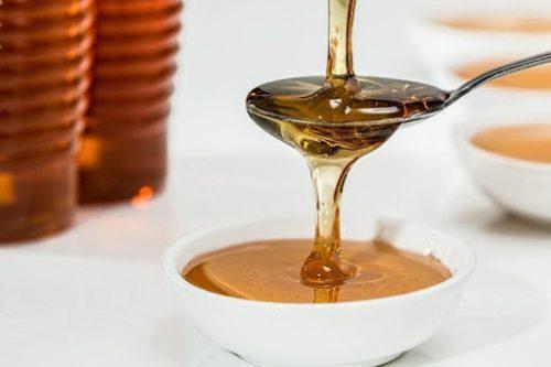 trị mụn với mật ong