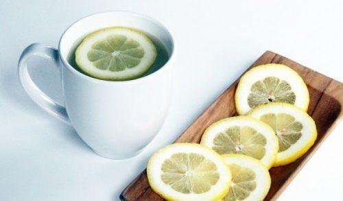Uống nước chanh nóng vào buổi sáng ngay khi thức dậy
